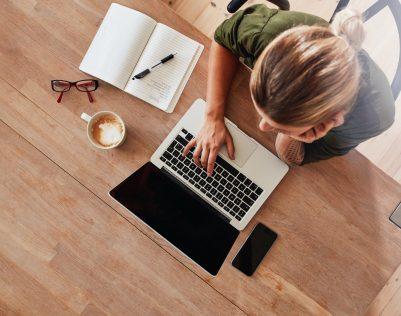 vrouw achter bureau op het werk