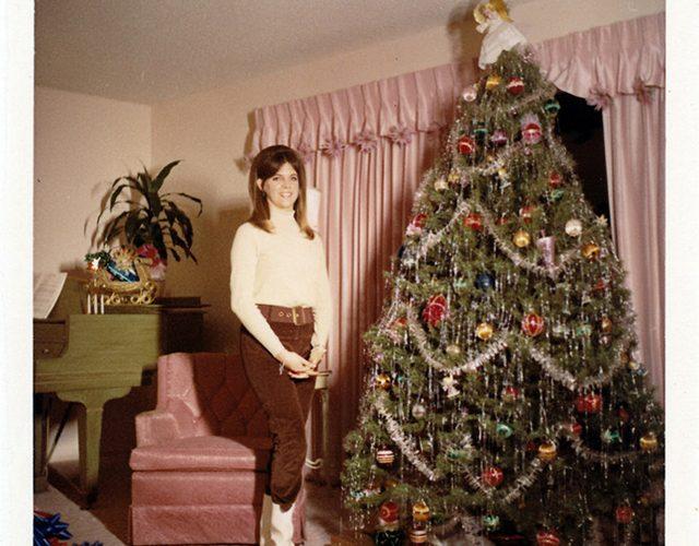 Kerst in de sixties: mooi poseren bij de kerstboom saar magazine