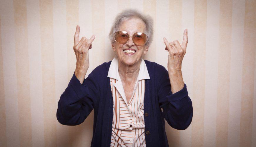 blije oma maakt rock gebaren