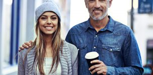 oudere man met jonge vrouw drinken koffie