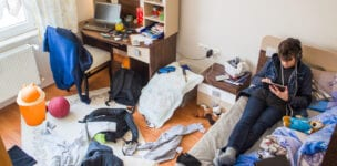Een puber die zijn kamer gaat opruimen in 101 irritante stappen