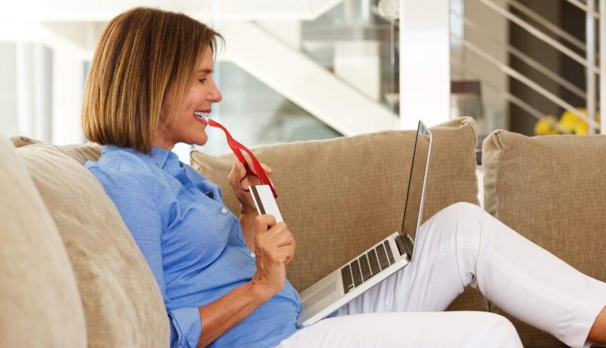 50+ vrouw verspilt anderhalf uur van haar leven met online shoppen
