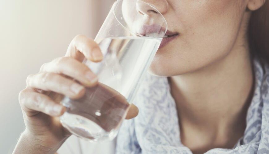 50 ZEER goede redenen om minder water te drinken (en meer wijn, bijvoorbeeld)